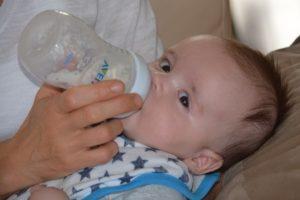 Baby trinkt an der Flasche